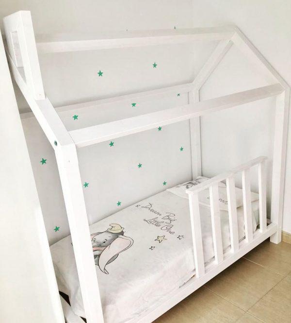 cama casita blanca un poco elevada para robot de limpieza